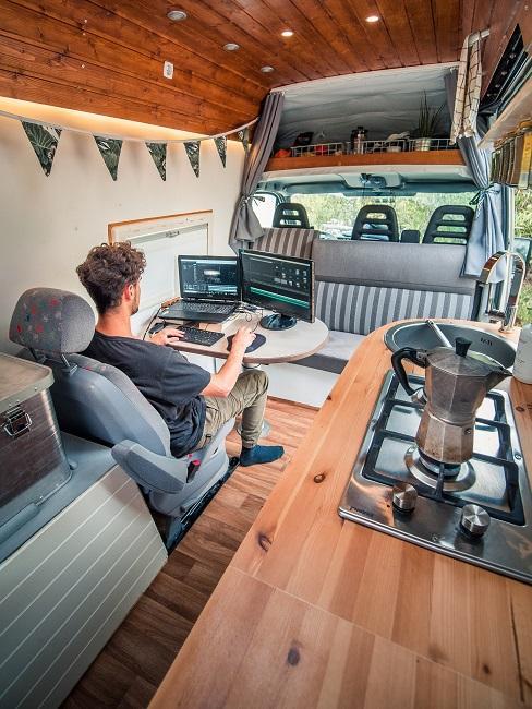 Digitale Nomaden Camper Van innen Arbeitsplatz