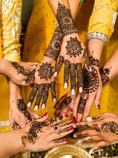 Hände mit Henna