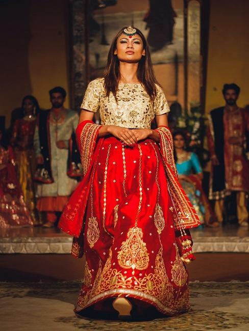 Tänzerin in indischem Gewand