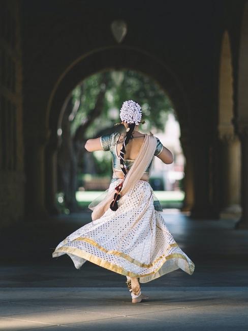 Tänzerin mit weitem Gewand