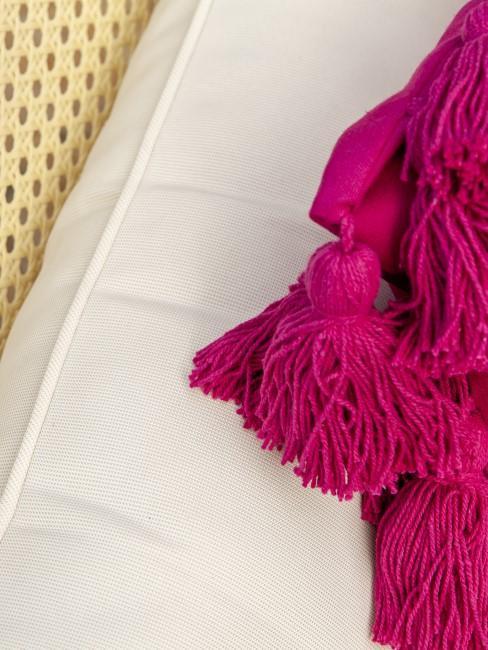 Pinkes Kissen auf weißem Untergrund