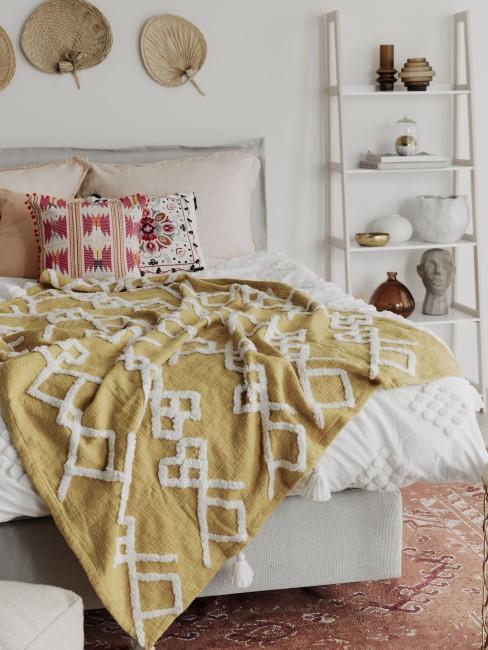 Kissen auf dem Bett in der Farbe Fuchsia