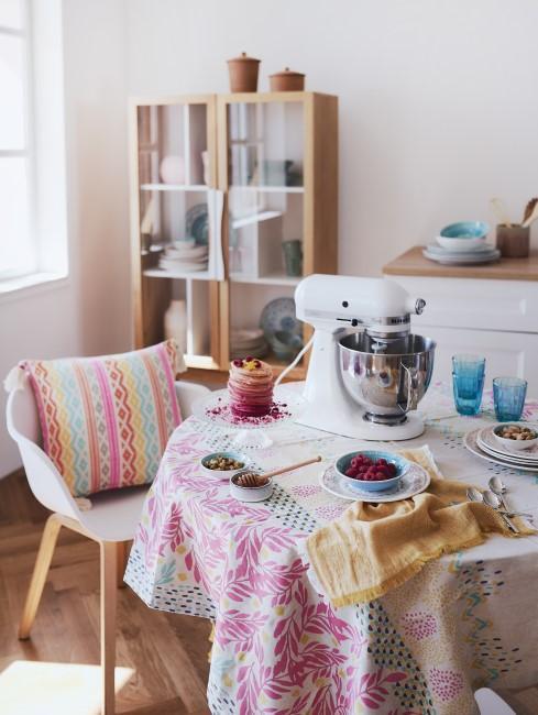 Tischdecke in der Küche mit pinken Mustern
