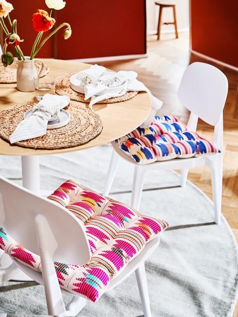 Fuchsiafarbenes Sitzkissen am Esstisch