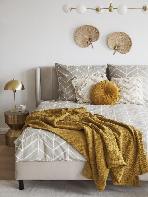 Schlafzimmer im Boho Style mit gelber Decke