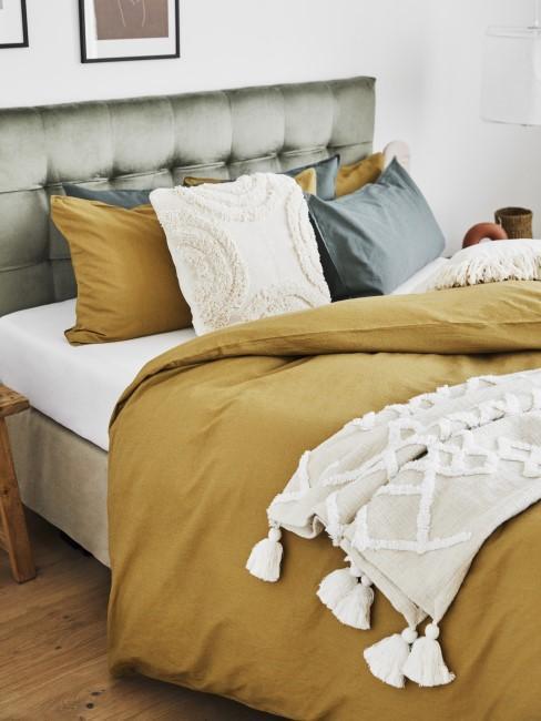 Bettwäsche in Ocker und salbeigrünes Bett