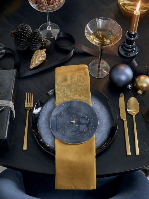 Elegante Tischdeko mit ockergelber Serviette