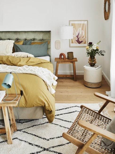 Ocker im Schlafzimmer in Kombination mit Grün