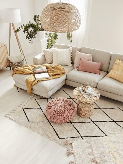Ocker als Akzentfarbe im beige-grauen Wohnzimmer