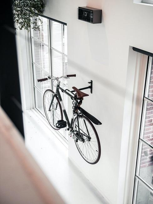 Fahrrad an einer weißen Wand