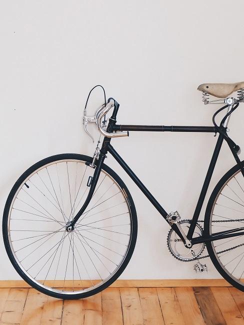 Fahrrad vor einer weißen Wand