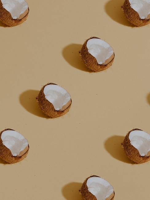 Kokosnüsse auf einem beigen Hintergrund