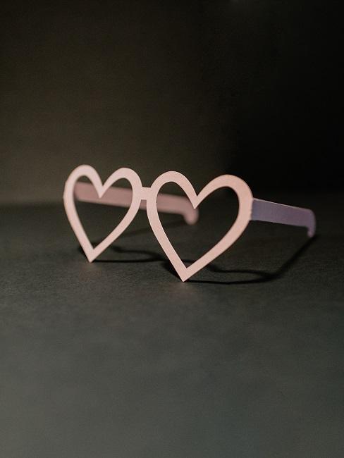 Brille mit rosanem Herzchengestell