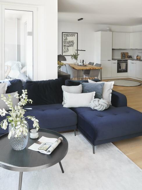 Indigoblaue Couch im Wohnzimmer