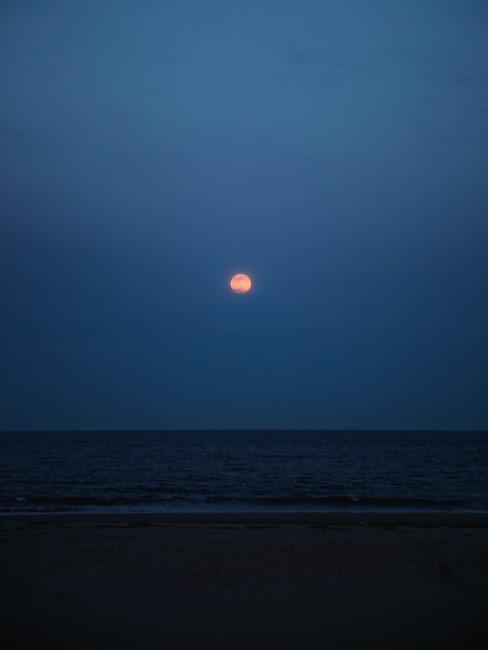 Dunkler Nachthimmel mit Mond