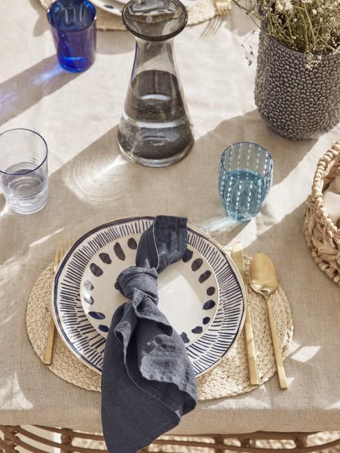 Indigo Farbe als Tischdeko