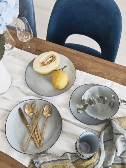 Esstisch mit blauem Geschirr