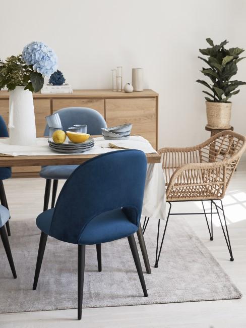 Dunkelblaue und braune Stühle am Tisch