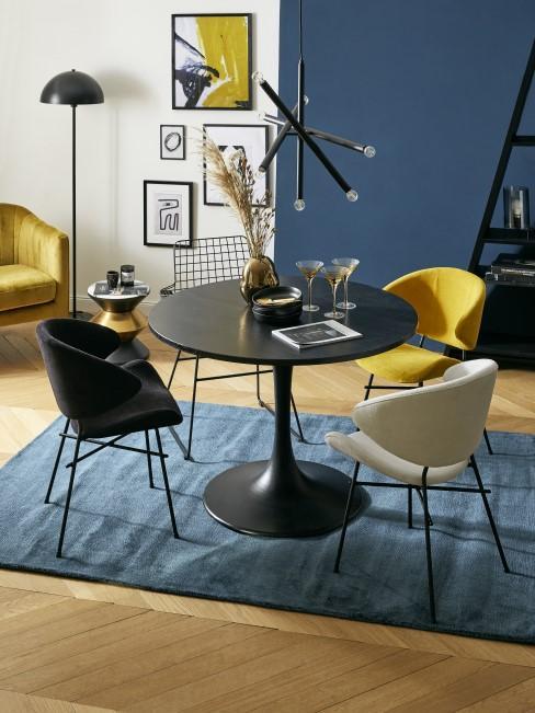 Dunkelblaue und gelbe Möbel im Esszimmer