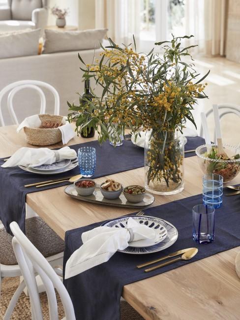 Indigoblaue Tischläufer auf Holztisch