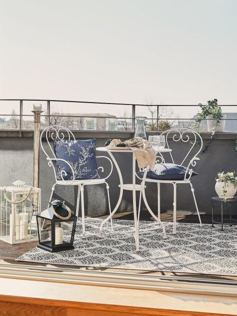 Blaue Outdoor Textilien auf dem Balkon