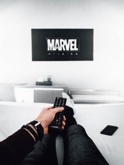 Fernseher mit dem Schriftzug Marvel