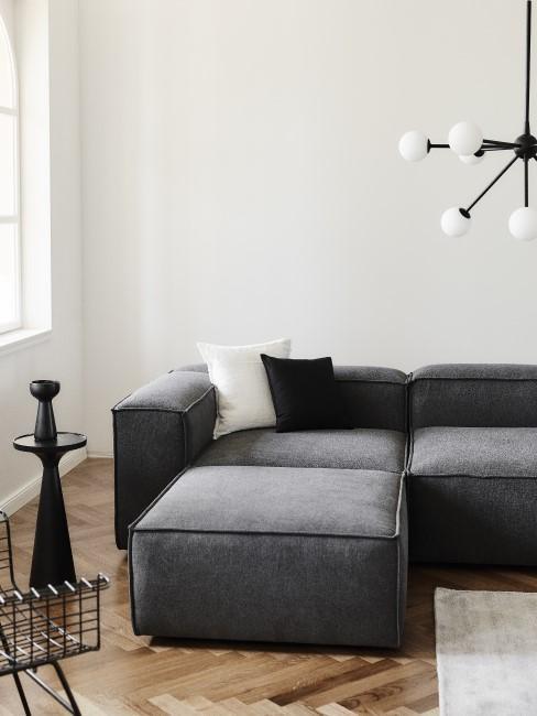 Anthrazitfarbene Couch im Wohnzimmer