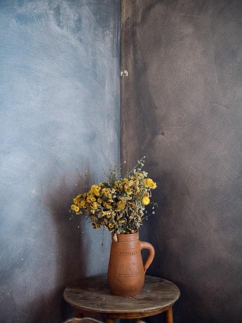Dunkelgraue Wand mit Blumen davor