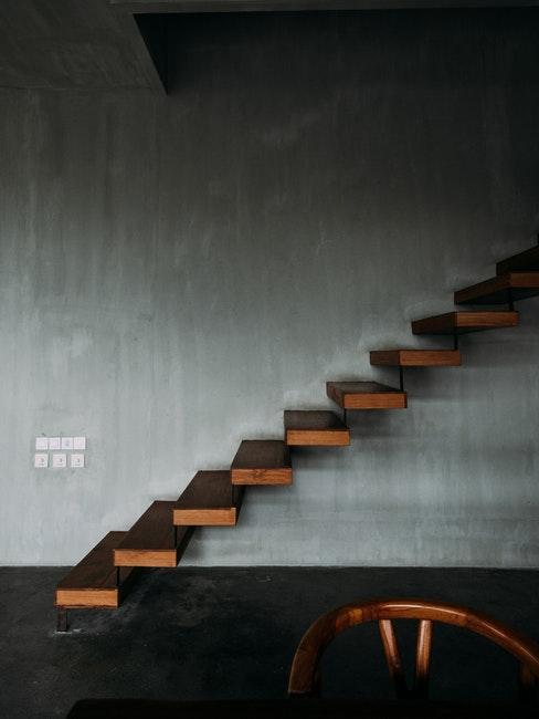 Anthrazit als Wandfarbe mit Holz kombiniert