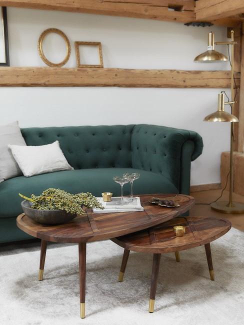 Wohnzimmer mit Holz und dunkelgrünem Sofa