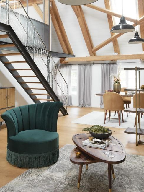 Wohnzimmer mit Holz und dunkelgrünem Sessel
