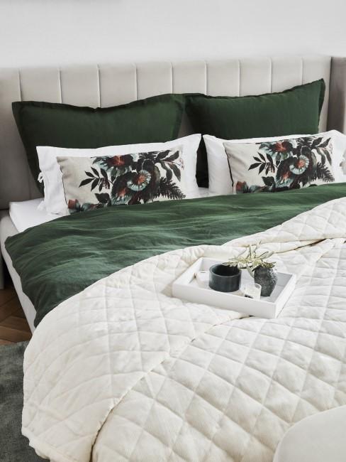 Waldgrüne Bettwäsche im Schlafzimmer