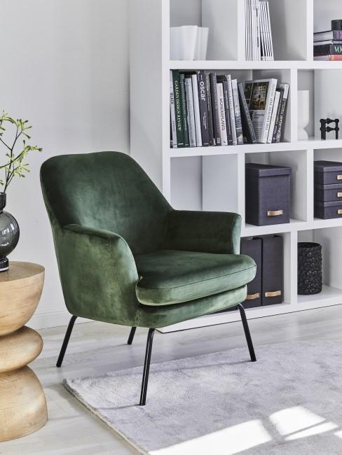 Dunkelgrüner Sessel im Arbeitszimmer