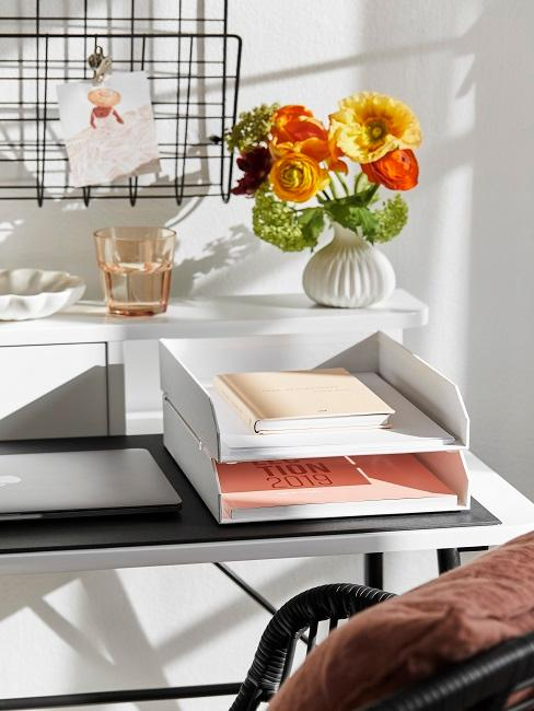 Schreibtisch mit weißer Ablage