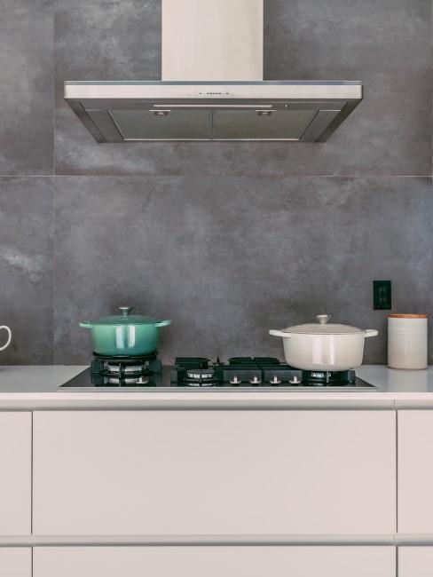 Dunkle graue Wandfarbe in der Küche