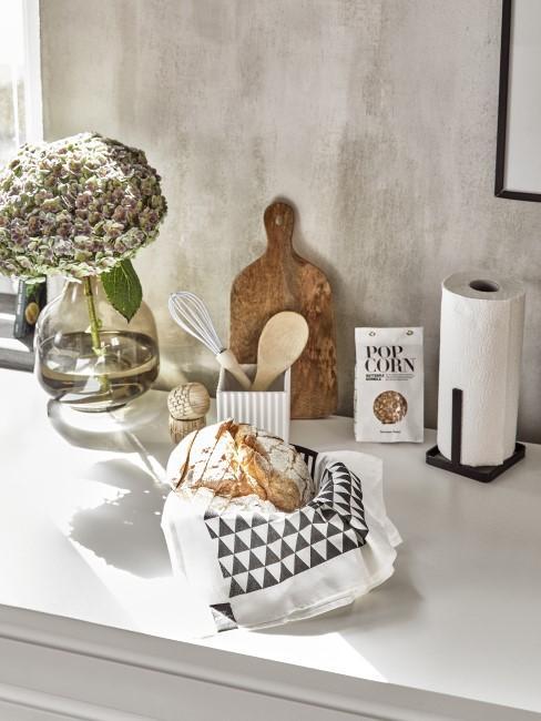 Braungraue Wandfarbe in der Küche