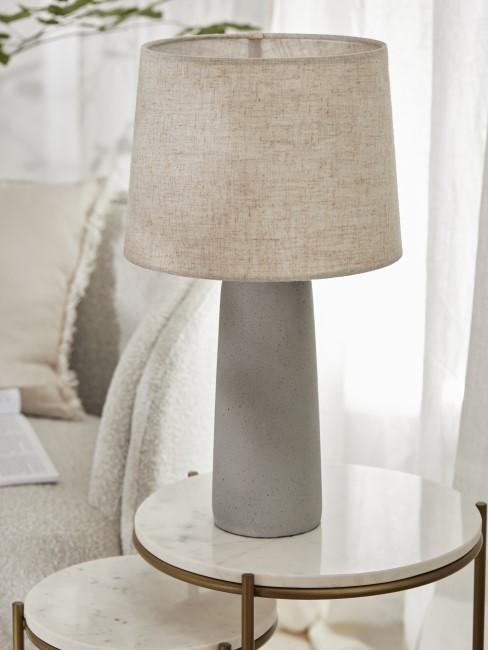 Lampe mit grauem Sockel