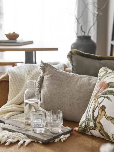 Sofa mit grauen und gemusterten Kissen