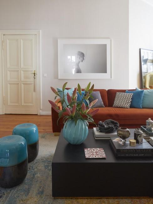 Buntes Wohnzimmer mit Blautönen