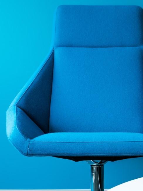 Knalliges Azurblau an der Wand und als Sessel