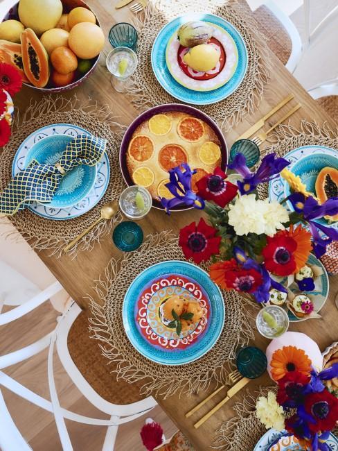 Bunte Tischdeko mit Blumen