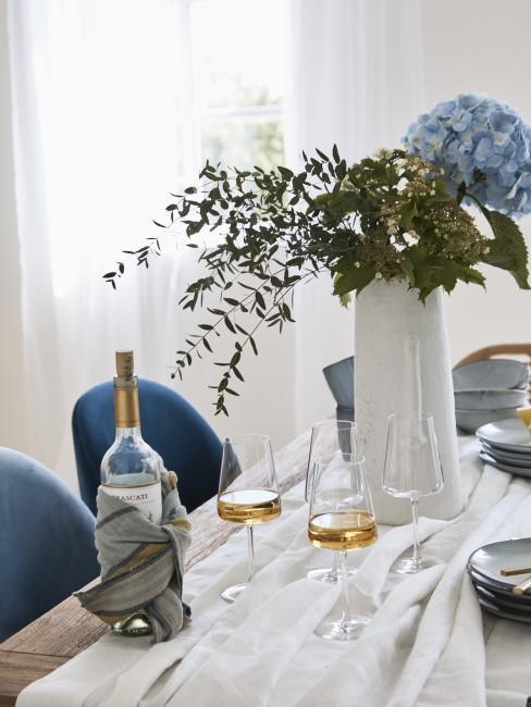 Elegante Tischdeko mit Weiß und Azurblau