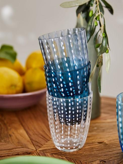 Gläser in verschiedenen Blautönen