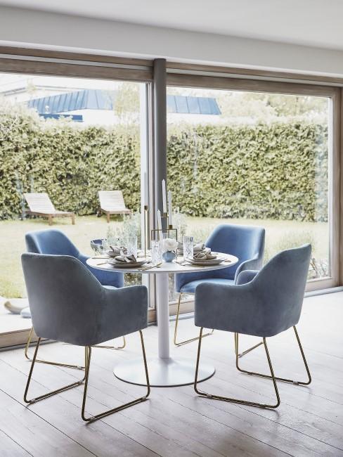 Azurblaue Stühle am Esstisch