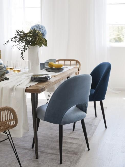 Esszimmer mit Stühlen in verschiedenen Blautönen