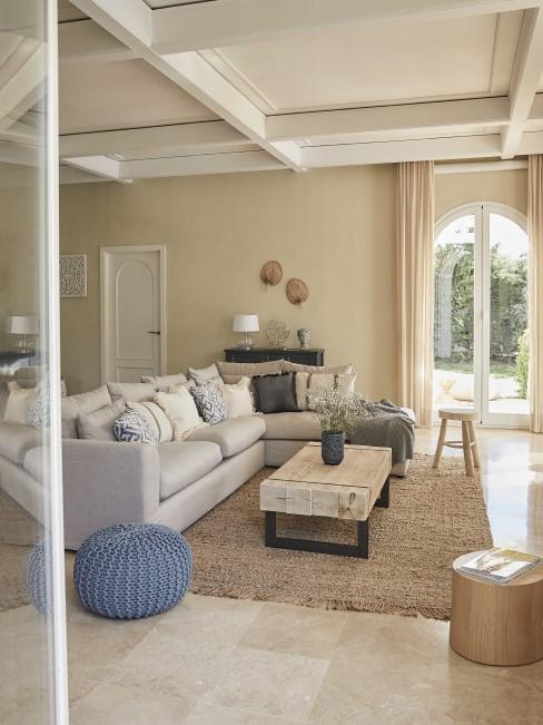 Wohnzimmer mit Details in Azurblau