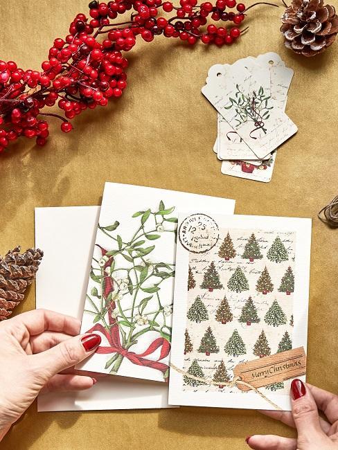 Mehrere Adventskarten in den Händen einer Frau