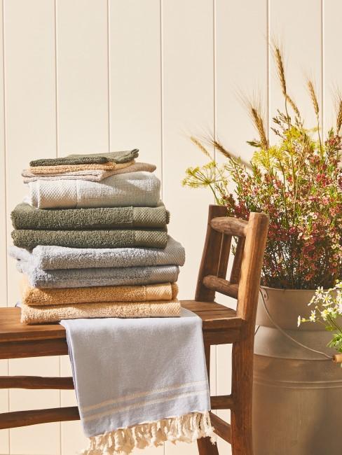 Grüne, graue und orangene Handtücher