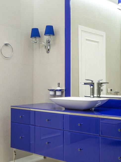 Badezimmer in auffälligem Königsblau
