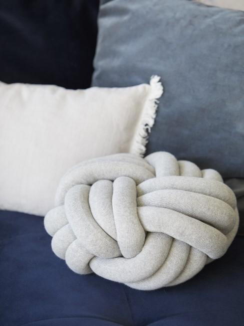 Couch mit verschiedenen Kissen